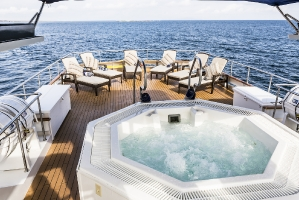 galapagosstellamaris bridge deck jacuzzi